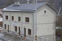 Zrekonstruovaná nádražní budova v Hýskově.