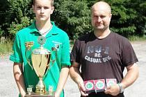 Tomáš Spáčil s pohárem a se svým otcem