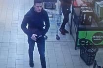 Podezřelý muž na kamerovém záznamu.