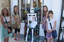 Žáci berounské ZUŠ vystavují plastiky na švédském velvyslanectví.