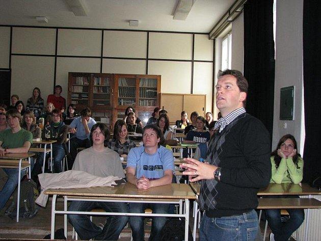 Na gymnázium se po dvaceti letech vrátil student, který dnes pracuje v Evropské komisi.