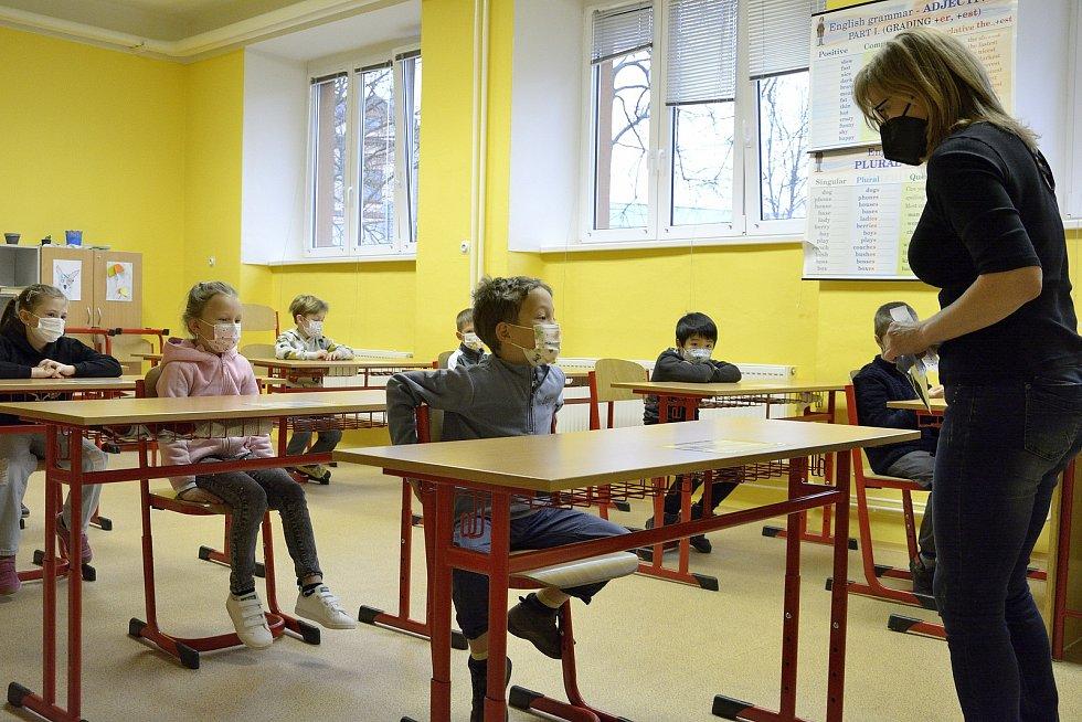 Vychovatelka ze školní družiny Pavlínka Jánská představuje testy.
