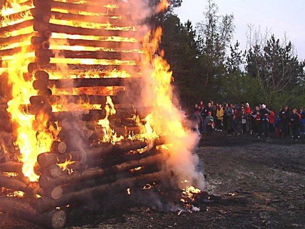 Pálení čarodějnic ve volné přírodě může mít podle hasičů velmi tragické následky.