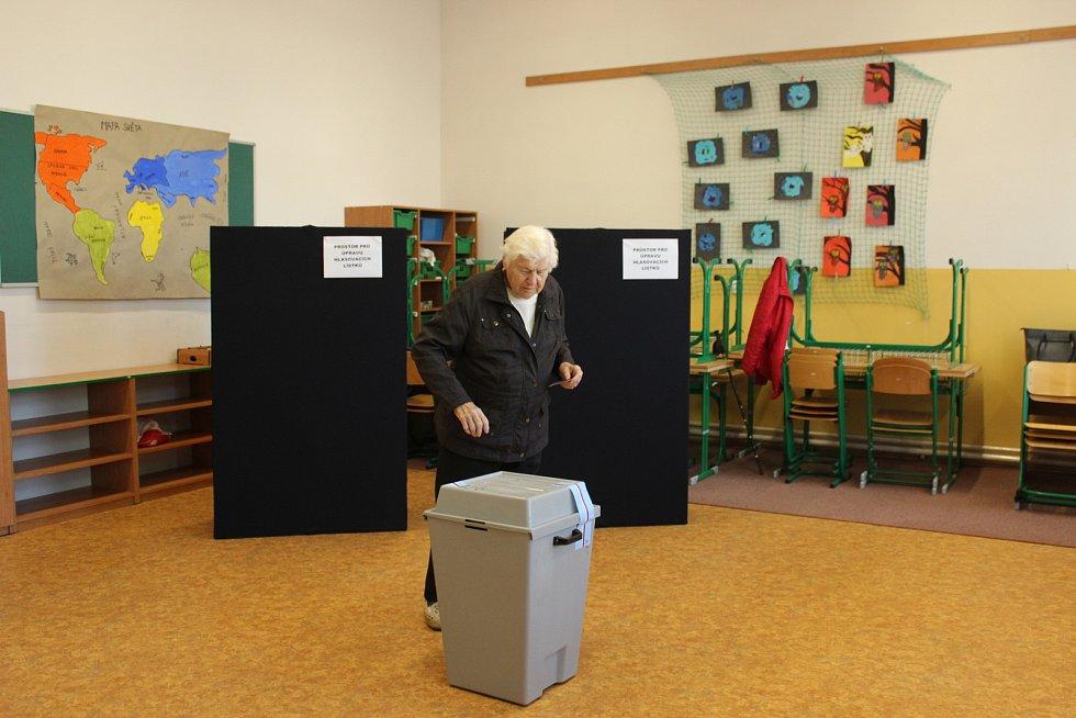 Rovná polovina volebních okrsků v Králově Dvoře byla na základní škole v Jungmannově ulici.
