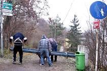 Z hořovického nádraží mladíci odvážejí železnou konstrukci