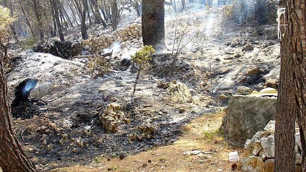 Požár proměnil kemp v jedno velké spáleniště.