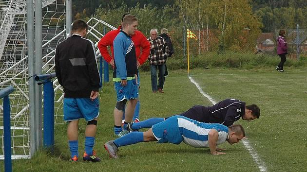 Před zápasem Broumy - Tetín jsme zachytili oba dva týmy při rozcvičce.