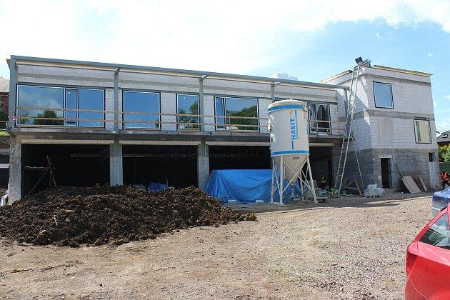 Budova nové požární zbrojnice je již zastřešená.