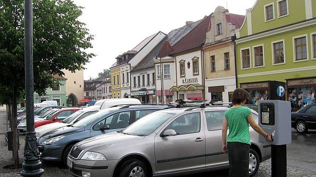 Parkování na Husově náměstí v Berouně.