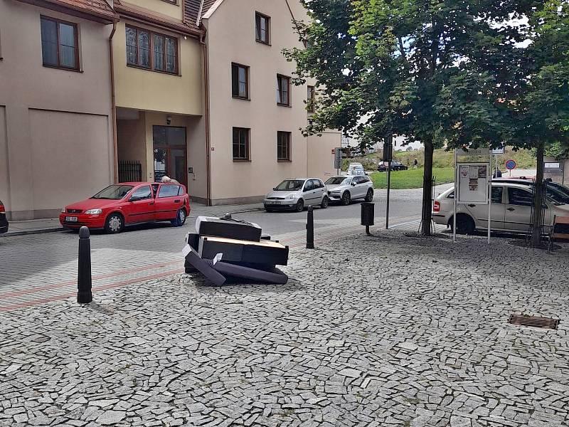 Vyhozená sedačka se vzkazem na Náměstí Joachima Barranda v Berouně