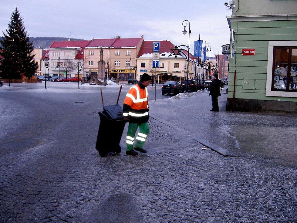 Chodníky se 7. ledna proměnily v ledové pasti