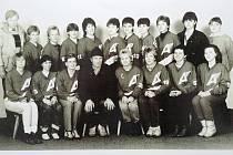 Jedna z mnoha stovek fotek, ale důležitá před odjezdem do Švýcarska na 1. světový kongres ženského hokeje na přelomu roku 1985-1986.
