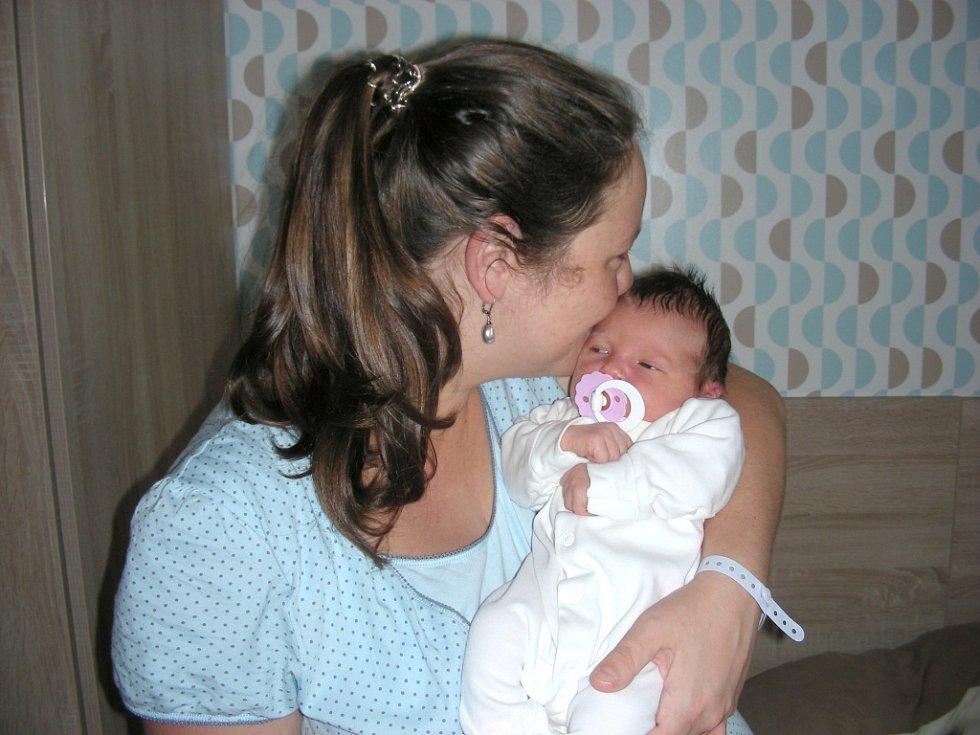 DCERKU Ninu chová v náručí novopečená maminka Erika Čapková, kterou přivedla na svět 14. září 2017 společně se svým manželem Karlem. Nina se mohla po narození pochlubit váhou 3,89 kg a mírou 52 cm. Rodina žije v obci Čím.