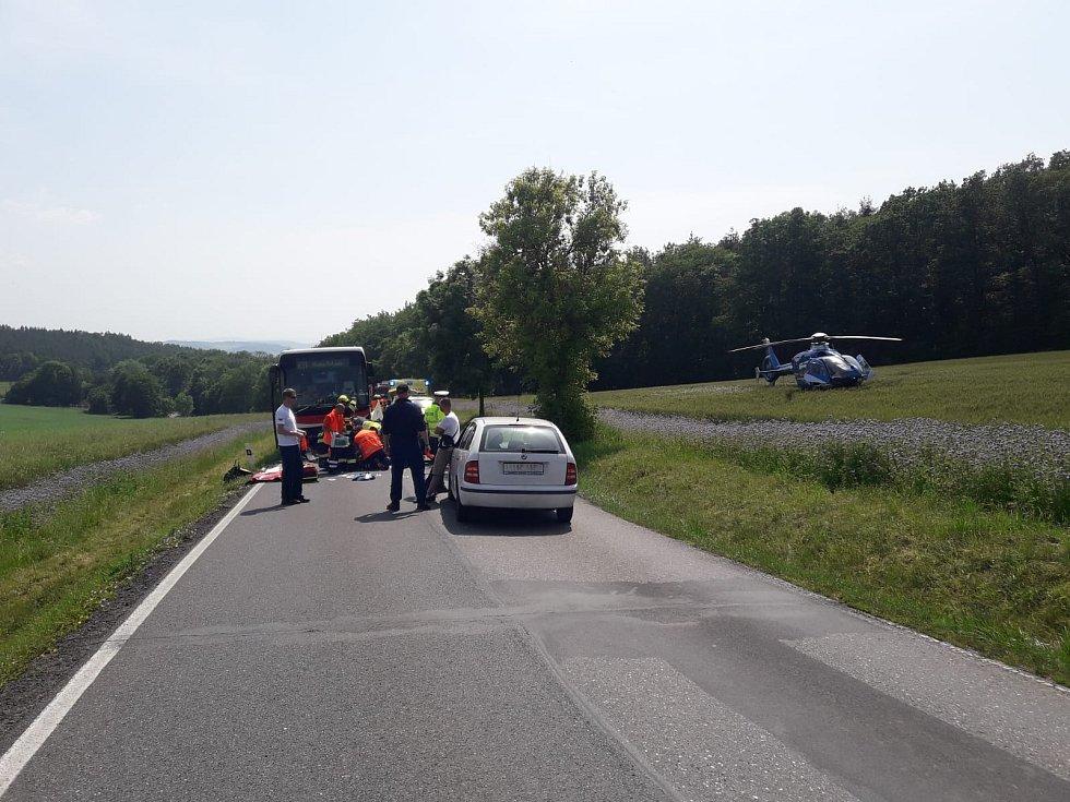 Ke srážce autobusu a auta musel přiletět vrtulník.