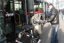 Nový nízkopodlažní autobus využijí i rodiče a prarodiče s kočárky.