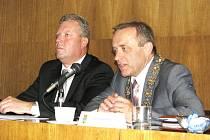 Bývalý starosta Berouna Jiří Besser (vevo) a současný starosta Tomáš Havel.