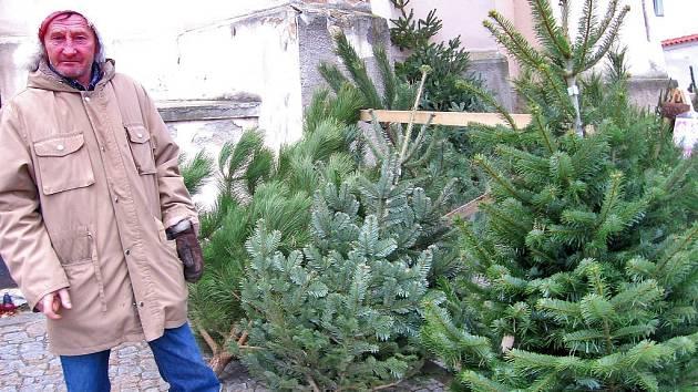 Prodejci vánočních stromků doufají, že se prodej v tomto týdnu pořádně rozjede. Do Štědrého dne zbývá už jen pár dnů a zatím lidé o drahé jedličky a kanadské borovice velký zájem nemají