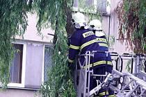 Berounští hasiči odstranili prasklou větev, která ohrožovala auta i lidi.