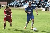 Hořovičtí fotbalisté (v modrém) nestačili na Klatovy.