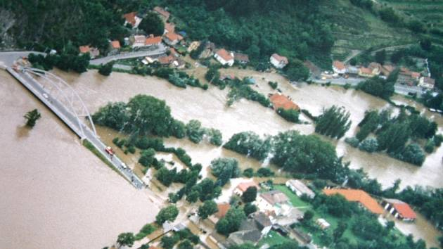 Karlštejn se v srpnu 2002 ocitl pod vodou.
