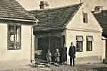 Na začátku minulého století měli i lidé v Hostomicích k sobě daleko blíž.
