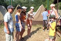 LETNÍ POBYT. Pionýři z Králova Dvora a okolí jezdí každý rok na tradiční pionýrský tábor do Otročiněvsi.