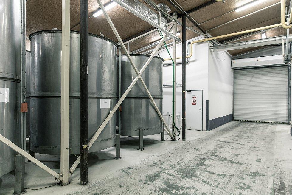 Z areálu společnosti Vafo Praha působící v Chrášťanech na Praze-západ. Na snímku tanky na tekuté suroviny.