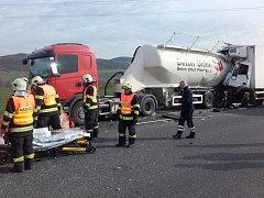 Na 30. Kilometru dálnici D5 v úterý ráno havarovala tři nákladní vozidla. Jedno z nich přepravovalo dobytek a další beton. Kvůli nehodě musela být na několik hodin dálnice ve směru na Plzeň uzavřená a řidiči z ní museli sjíždět na exitu 28 a využít objízd