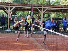 V utkání Hořovice - Mezouň Petr Vondráček (v modrém) blokuje hostujícího Tomáše Brauna.