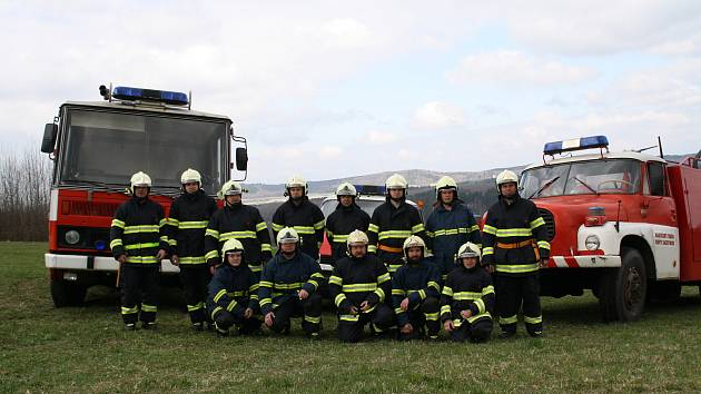 Dobrovolní hasiči v Novém Jáchymově s technikou.