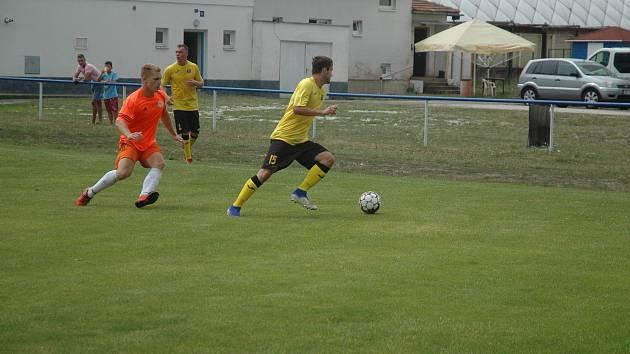 Divizní Hořovicko (v oranžovém) zdolala pražský celek těsně o gól.