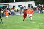 Komárov (v červeném) vyřadil z poháru Hořovicko. Tady je rozhodující gól Jana Mojdla.