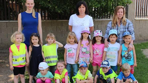 Děti v Mateřské škole v Loděnici se svými učitelkami.