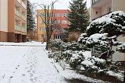 Berounský region zasypal sníh. Na kluzkých vozovkách sjely do příkopů osobní auta, autobusy i sypače.
