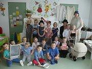 Děti z Mateřské školy v Králově Dvoře vytvořily dobovou výstavu.