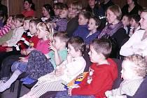 Dětské publikum sleduje pohádku.