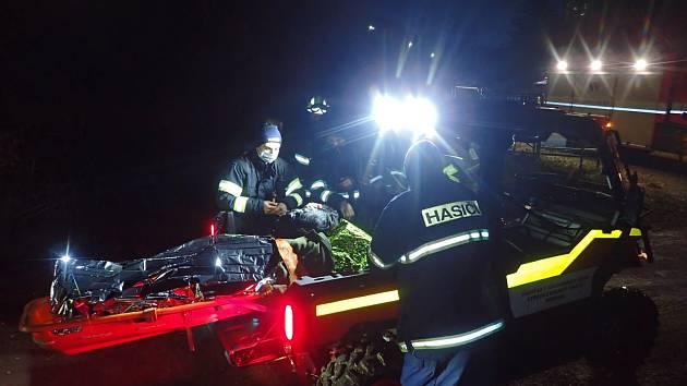 Záchrana zraněné ženy čtyřkolkou.