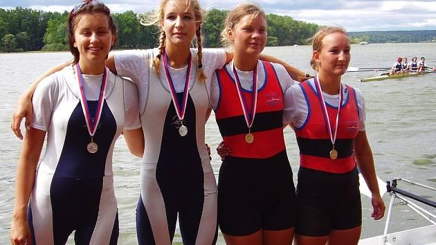 Berounské juniorky Štembergová a Stejskalová (vpravo) si vyjely ve společenství s Třeboní stříbrné medaile.