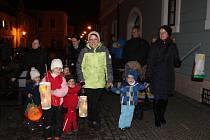 Stovky obyvatel Berouna se zúčastnily lampionového průvodu, který se konal 17. listopadu večer. Sraz účastníků byl v pět hodin odpoledne u sochy Jana Husa na stejnojmenném náměstí.