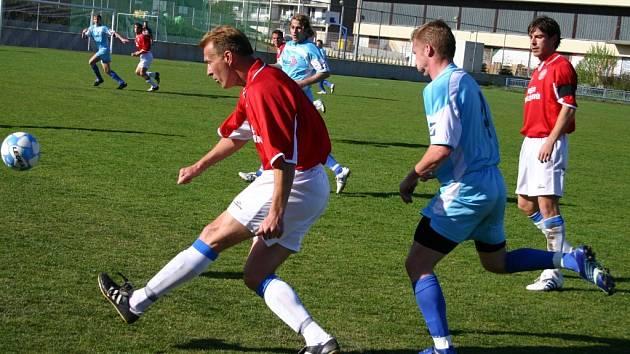 Po zákroku na Petra Dochtora (vpravo) kopali domácí v první půli penaltu, kterou proměnil s přehledem Petr Grund.