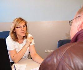 Neuroložka Marcela Gregůrková léčí pacienty akupunkturou.