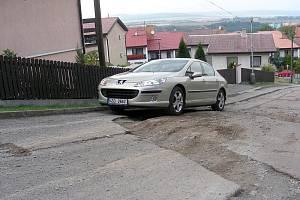 Obyvatelé Bukové ulice v Hořovicích si stěžují na zničenou komunikaci.