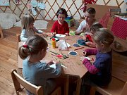 Lesní mateřská škola Studánka v Trubské: ruční práce v jurtě.