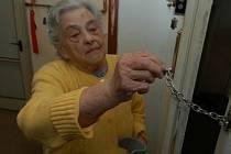 Podvodníci, podle policie většinou tmavé pleti, si své oběti nejprve vytipují. Vybírají si je zejména mezi seniory.