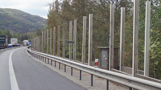 Protihlukovou stěnu na dálnici D5 u obce Loděnice, která již boj s kraválem nezvládala, nahradí nová konstrukce.