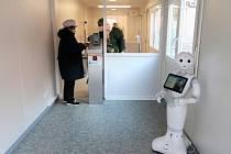 Vstup do hořovické nemocnice hlídá robot Pepper.