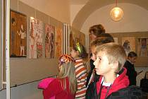 Výstavu o starověkém Egyptě mohou návštěvníci ve výstavní síni zdické radnice vidět do neděle. Na snímku si práce prohlížejí děti ze 4. třídy zdické školy