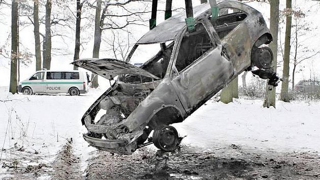 V autě nalezli hasiči torzo těla.