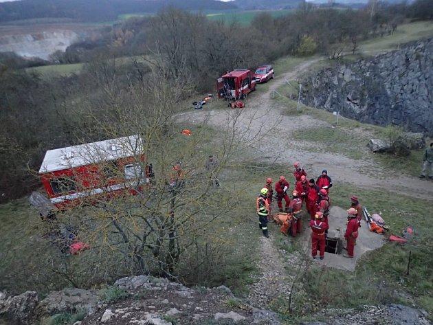Hasiči nacvičovali v Netopýří jeskyni společný zásah se speleology.