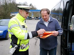 Policisté rozdávají řidičům vesty